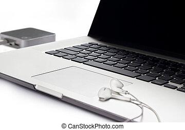 ordinateur portable, écouteur, fond blanc