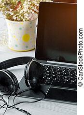 ordinateur portable, écouteurs, clavier ordinateur