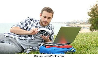 ordinateur portable, écouteurs, mettre, e-apprendre, homme