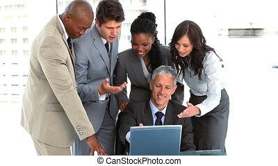 ordinateur portable, équipe, affaires conversation, sourire, autour de