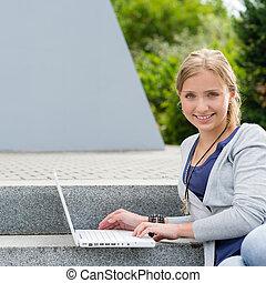 ordinateur portable, étapes, étudiant fille, séance