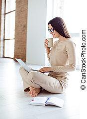 ordinateur portable, appartement, femme travail, comment, concept., maison, plancher, jeune, réussi, nouveau, quoique, séance, décorer, coffee., idée, concepteur, a, plan, indépendant