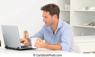 ordinateur portable, après, regarder, appareil photo, utilisation, homme