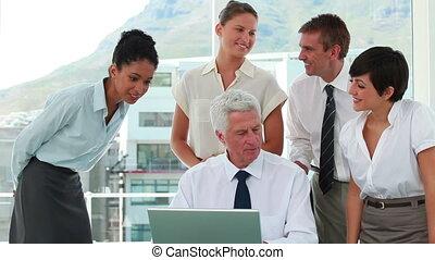 ordinateur portable, autour de, employés, patron, regarder, leur, écran