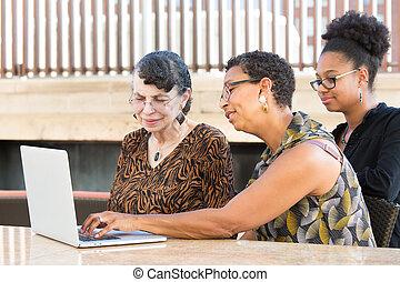 ordinateur portable, autour de, famille, blotti