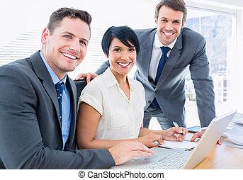 ordinateur portable, bureau, collègues, utilisation, bureau, jeune