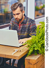 ordinateur portable, café, rue., homme