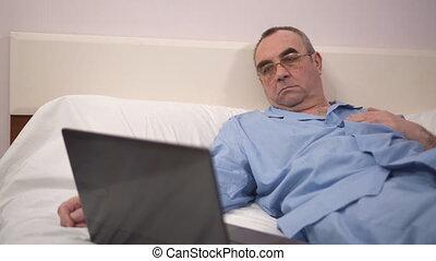 ordinateur portable, chambre à coucher, lit, 4k, utilisation, maison, homme aîné