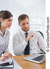 ordinateur portable, collègue, utilisation, homme affaires, réunion