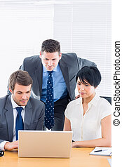 ordinateur portable, collègues, utilisation, d, bureau