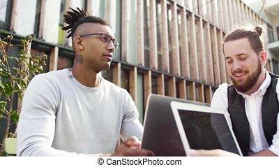 ordinateur portable, concept., groupe, jeune, start-up, cour, dehors, businesspeople