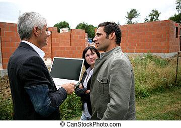 ordinateur portable, couple, agent, ton, regarder, nouveau-construit, tenue, écran blanc, image, gauche