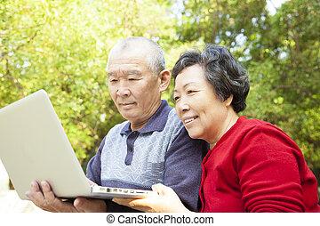 ordinateur portable, couple, personne agee, apprentissage, heureux