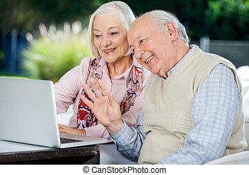 ordinateur portable, couple, vidéo, personnes agées, bavarder
