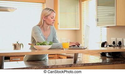 ordinateur portable, dactylographie, jus orange, avant, femme, boire