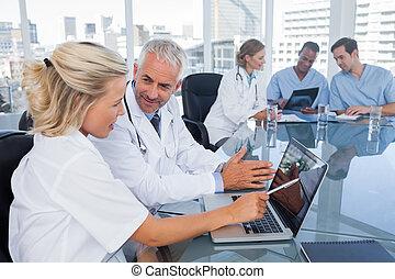 ordinateur portable, deux, médecins