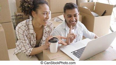 ordinateur portable, discuter, quoique, course, mélangé, utilisation, couple, heureux