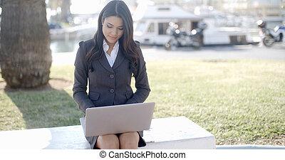 ordinateur portable, extérieur, fonctionnement, femme affaires