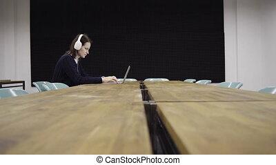 ordinateur portable, femme, bureau fonctionnant