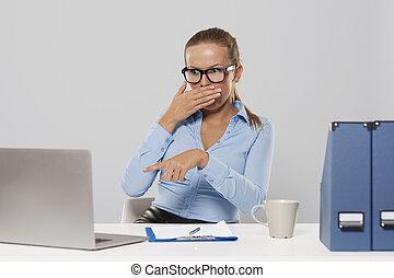 ordinateur portable, femme, choqué, pointage