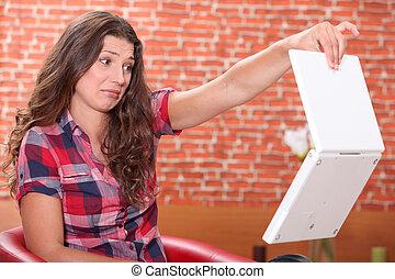 ordinateur portable, femme, elle, dégoûté