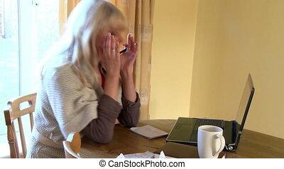 ordinateur portable, femme, fâché, fonctionnement