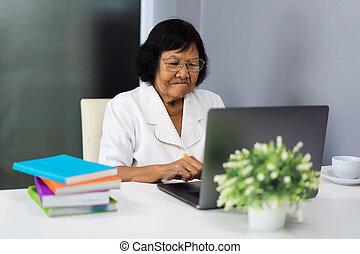 ordinateur portable, femme, informatique, personne agee, fonctionnement