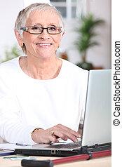ordinateur portable, femme, personnes agées
