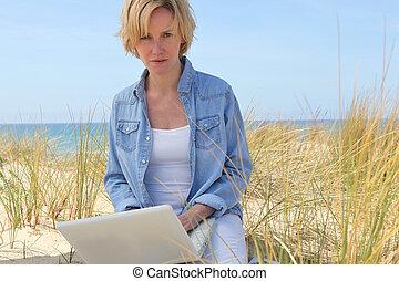 ordinateur portable, femme, plage