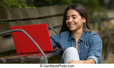 ordinateur portable, femme, rire, brouter
