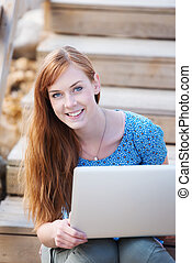ordinateur portable, femme souriant, fonctionnement, dehors