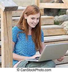 ordinateur portable, femme souriant, fonctionnement