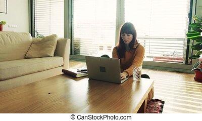 ordinateur portable, femme, working., maison, jeune