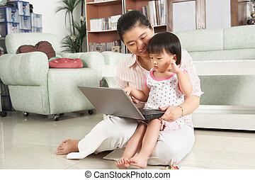 ordinateur portable, fille, jouer ensemble, mère