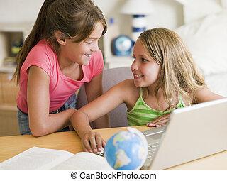 ordinateur portable, filles, deux, devoirs, jeune