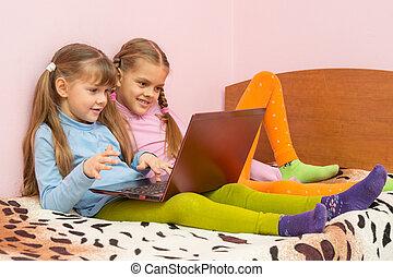 ordinateur portable, filles, deux, lit, séance