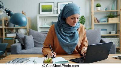 ordinateur portable, fonctionnement, musulman, cahier, travailleur indépendant, maison, girl, écriture