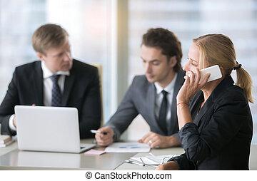 ordinateur portable, groupe, hommes affaires, bureau bureau