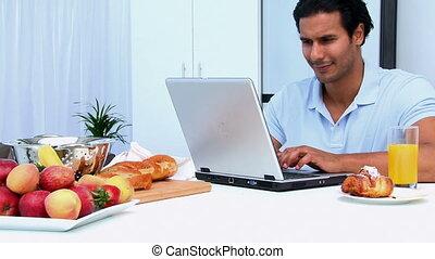 ordinateur portable, homme, fonctionnement, heureux