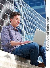 ordinateur portable, homme, jeune, délassant, dehors
