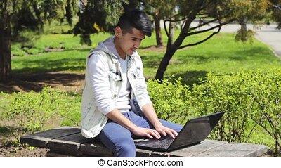 ordinateur portable, homme, parc, asiatique, séance