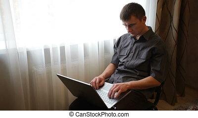 ordinateur portable, homme, salle, jouer