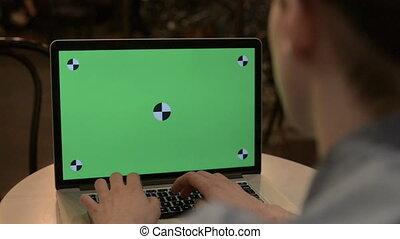 ordinateur portable, homme, vert, écran, dactylographie