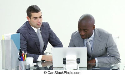ordinateur portable, hommes affaires, bureau fonctionnant, deux