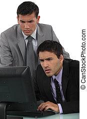 ordinateur portable, hommes affaires, confondu