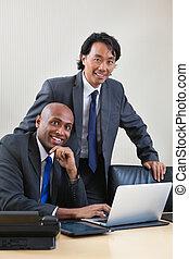ordinateur portable, hommes affaires, fonctionnement