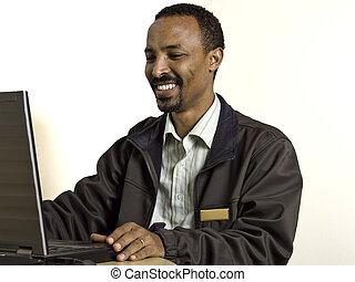 ordinateur portable, jeune, divers, homme, bureau, utilisation, assied, heureux