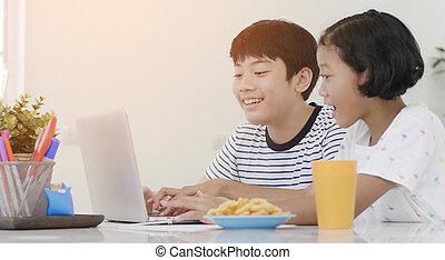 ordinateur portable, jeune, informatique, girl, asiatique, home., garçon, jouer