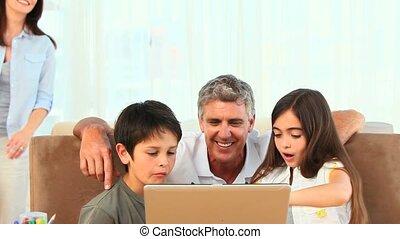 ordinateur portable, leur, joli, regarder, famille