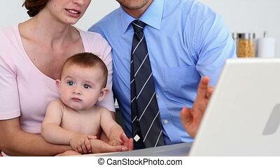 ordinateur portable, leur, parents, bébé, utilisation, heureux